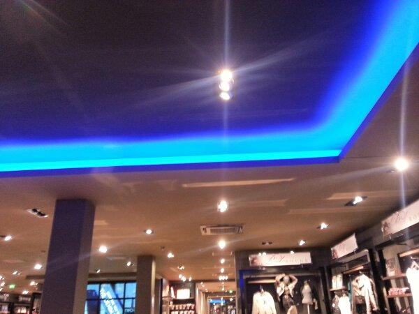 decke schwarz und beleuchtung in blau direkt vom handy indirekte beleuchtung. Black Bedroom Furniture Sets. Home Design Ideas
