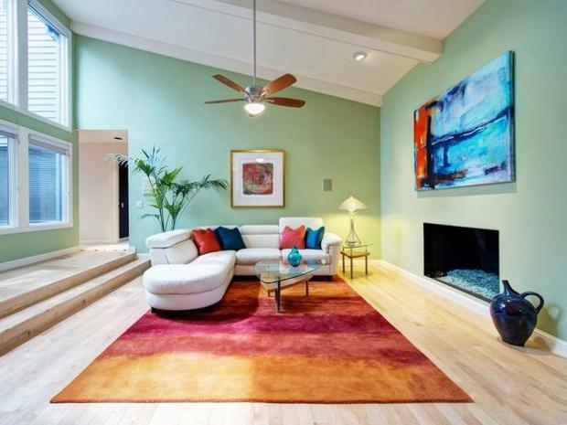 Grüne Wand Gestalten Malerei  Teppich Kontrastfarben Gelb Rot Orange Ecksofa Design Dachschräge