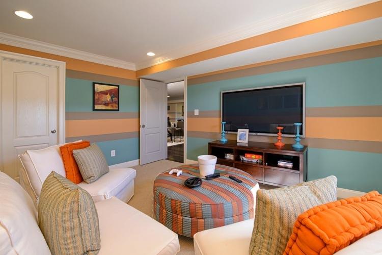 wand-streichen-ideen-wohnzimmer-streifen-hellblau-orange ...