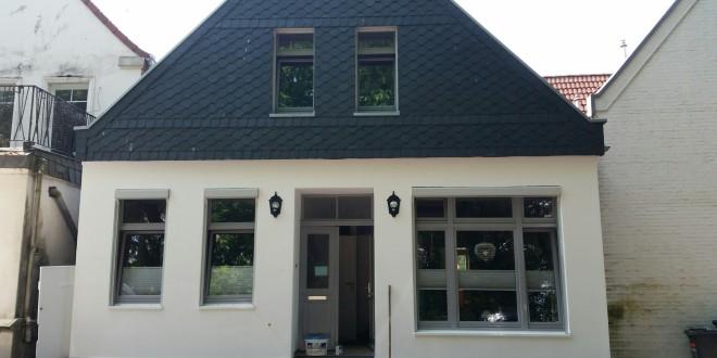 Haus Fassade armiert und weiß gestrichen