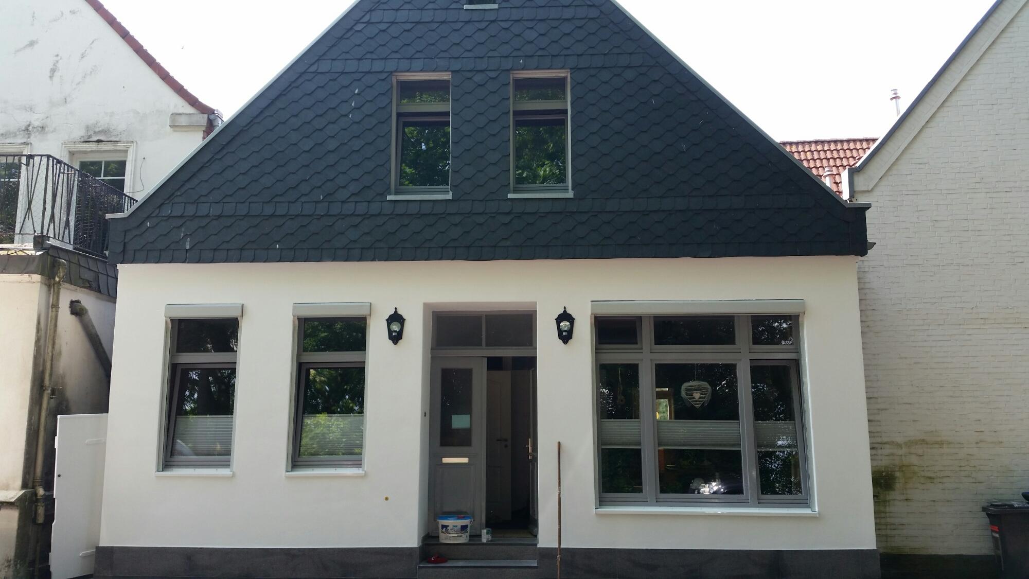 Malerisch Welche Fassadenfarbe Passt Zu Braunen Fenstern Foto Von Fassade Armiert Und Weiß Gestrichen › Direkt