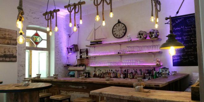 Bar Design – Fugenlose Wand und Bodengestaltung perfekte Theke aus Holz