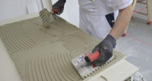 Schwindrisse und Poren bei wasser-basierten Fassadenbeschichtungen auf strukturierten Putzoberflächen