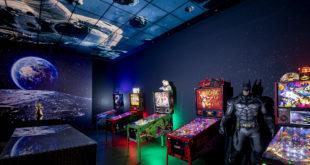 Gamingroom Gestaltung Diamonds an den Wänden Flipper auf dem Boden